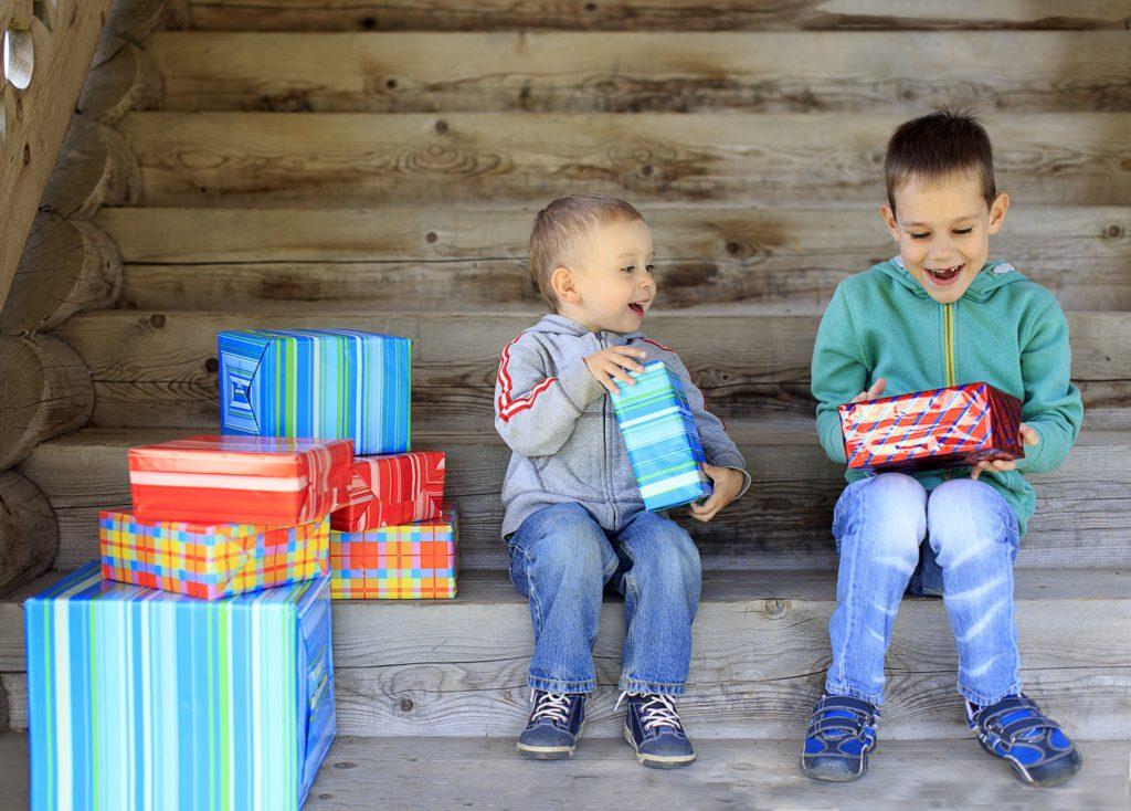 Что подарить ребенку: игрушки по возрастам
